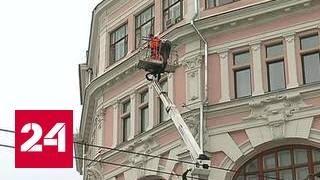 В центре Москвы снежная глыба упала на человека