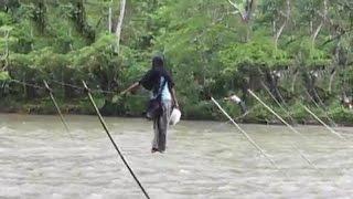 Video ini sangat memprihatinkan, warga terpaksa menyeberangi sungai deras dengan cara meniti seutas kawat yang melintang sepanjang lebih kurang 50 meter.Entah dimana video ini diambil.