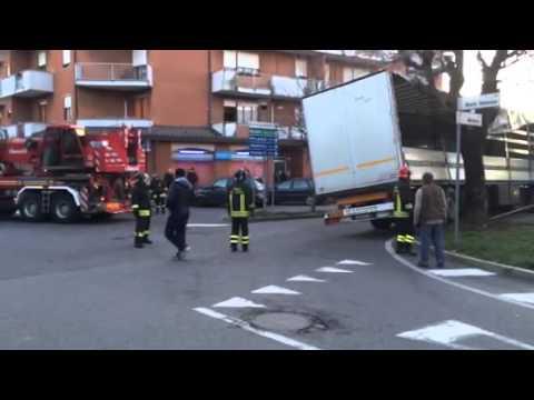 Bizzozero, camion incastrato: i vigili del fuoco liberano la strada