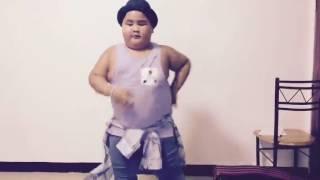Shape of You Şarkısında Kendinden Geçerek Dans Eden Tombiş Çocuk