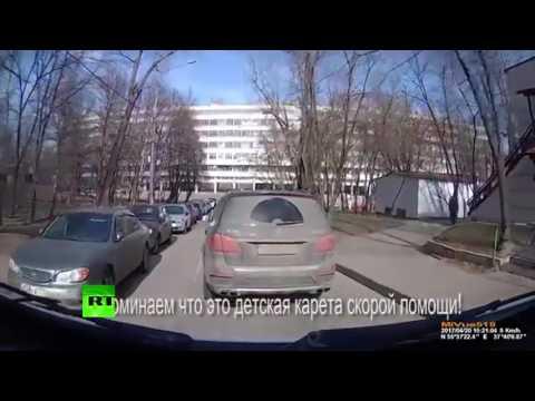 В Москве внедорожник Mercedes не пропустил машину скорой, которая ехала на вызов к ребёнку