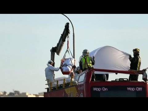Malta: Tiefhängende Äste fegen durch offenen Bus - zwei ...