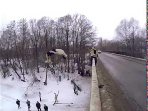 Невероятный прыжок с моста в прорубь