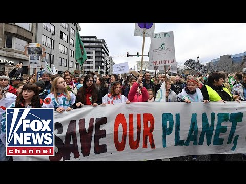 Tucker takes on Democratic Socialist over climate change