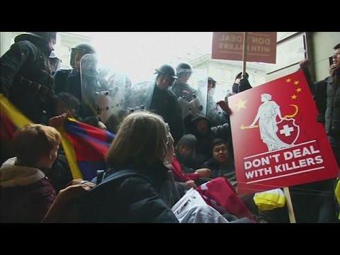 Με διαδηλώσεις υποδέχθηκαν τον Σι Ζινπίνγκ στη Βέρνη