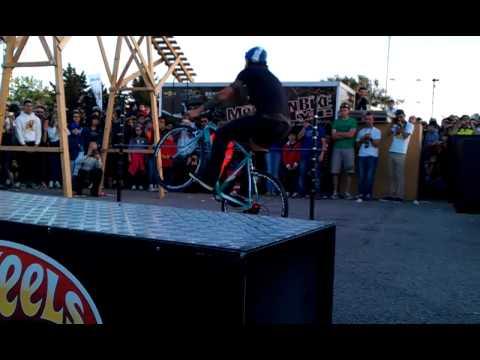 Abbombazza 100% Brumotti salta asta di 1 metro con bici da corsa a Casamassima Freestyle 2013