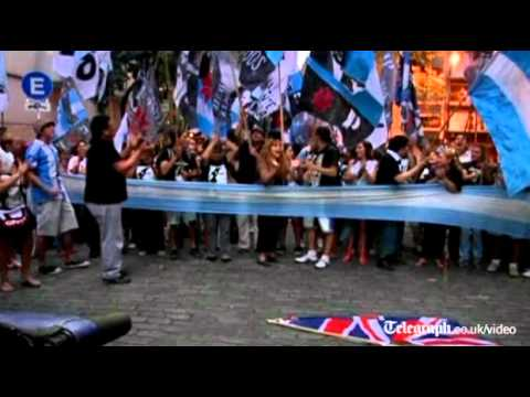 Argentine protesters torch UK Union Jack flag over Falklands Islands row