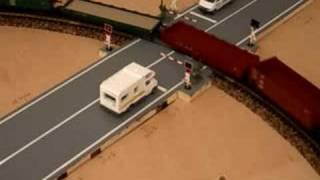 Els cotxes es paren quan s'encenen els llums vermells, seguidament baixen les barreres, passa el tren, tornen a pujar i a l'apagar-se els llums vermells els cotxes tornen a circular. Los coches se paran cuando se encienden las luces rojas, seguidamente bajan las barreras, pasa el tren, vuelven a subir y al apagarse las luces rojas nuevamente circulan los coches.