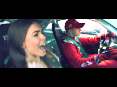 跑車加上辣妹就是每個男人的夢想!!
