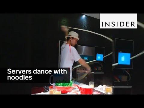 Στην Κίνα φτιάχνουν χειροποίητα νούντλς… χορεύοντας!