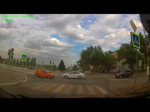 Порывом ветра в Астраханской области перевернуло надувную детскую горку