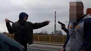 Wariat z nożami na ulicy vs Pistolet gazowy + interwencja Policji