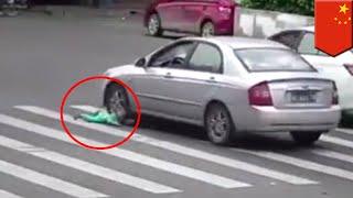중국, 광동 — 뭔가 잘못 보신거냐구요? 아뇨, 틀림없습니다. 아기가 문짝 없는 세발자전거 택시에서 굴러떨어져 차에 거의 치일 뻔 했죠. 이 끔찍한 보안 카메라는 지난 4월 23일, 중국 남부, 지에양에서 녹화된 것인데요, 이후 중국, 심지어는 중국을 넘어서까지 화제가 되었습니다.아기와 아기엄마, 그리고 한 여성친척이 이 삼발이 택시를 타고, 혼잡한 거리를 지나가고 있었습니다. 택시 운전자가 살포시 왼쪽으로 꺾었을 때, 어찌된 일인지, 아이가 택시에서 툭 떨어지면서, 차들이 쌩쌩달리는 몇차선이나 되는 도로 한가운데에 얼굴을 파묻을 뻔 했습니다.죽음의 문턱으로 넘어갈 뻔한 아기는 은색 차량의 운전자가 딱 멈추는 바람에 깔릴 뻔한 위기를 면할 수 있었습니다.그러나 이 아이에게 아무탈이 없을 수는 없었죠. 자세히 보시면, 아이의 왼쪽 팔과 머리가 부딪히는 모습을 보실 수 있습니다.세발자전거 택시에 타고 있던 여자들은 방금 막 무슨 일이 일어난건지를 깨닫고서, 경악했습니다. 궁금해서 여쭤보는데요, 애엄마가 아이를 붙잡고 있긴 했을까요?중국인민일보는 이 불쌍한 아이가 급히 근처 병원으로 이송되었고, 왼쪽 팔 부상을 비롯한 여러부상들을 치료받았으나, 다행스럽게도 너무 심각한 상태는 아니라고 보도했습니다.-----------------------------------------토모뉴스는 리얼 뉴스 최고의 소식통입니다. 저희들은 인터넷에서 가장 재미있고 이색적이며, 가장 많이 화제가 되고 있는 이야기들을 다룹니다. 저희가 말하는 톤은 과감하며, 필터가 없습니다. 여러분들이 웃으면, 저희도 웃습니다. 여러분들이 분노하면, 저희도 분노합니다. 있는 그대로 이야기를 전해드립니다. 토모뉴스는 이야기들을 애니메이션화할 수 있기 때문에, 본 적, 들은 적도 없는 뉴스를 여러분들께 전달해드립니다.