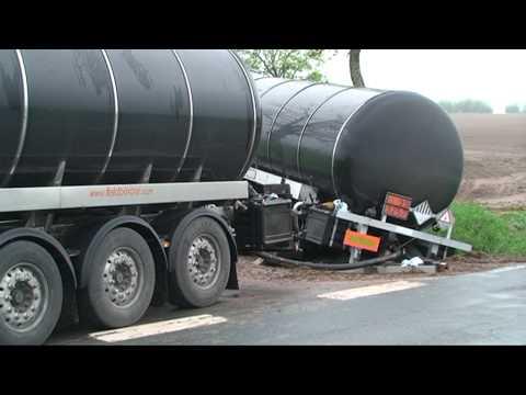 Korbach: Gefahrgut-Lkw landet im Graben