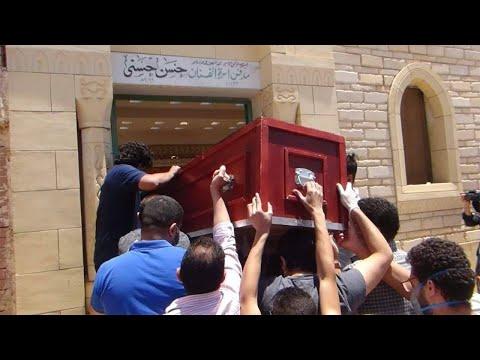 جنازة حسن حسني.. انهيار زوجته وابنته أمام المقابر