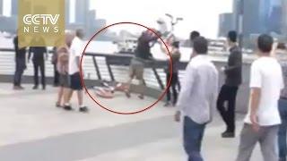 صينى يلقى الدراجات فى النهر خوفا من التكنولوجيا