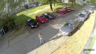 Blondwłosa dziewoja wyjeżdżająca z parkingu