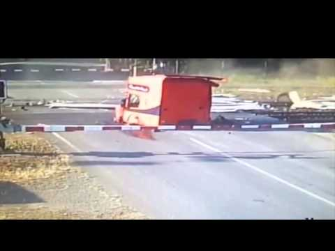 Train crashes into a truck / Video z tragické srážky pendolina s kamiónem /