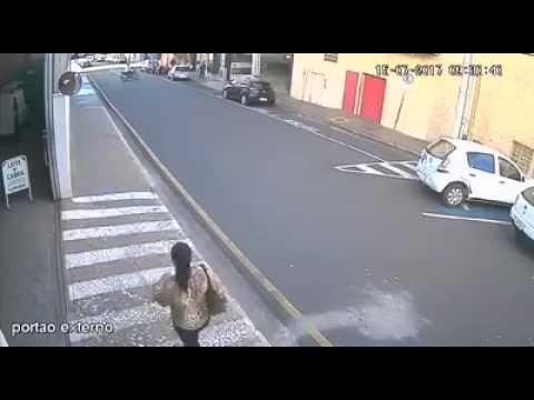 VEJA O VÍDEO NO MOMENTO EM QUE OS POLICIAIS FORAM SURPREENDIDOS EM RIO PRETO NO ASSALTO A JOALHERIA.