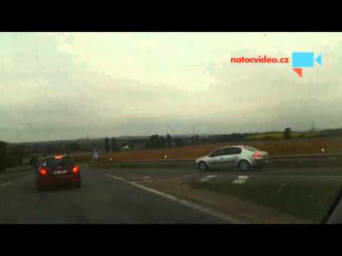 Jízda protisměrem, nedání přednosti zprava a nedání přednosti při najetí na dálnici - řidička důchodkyně