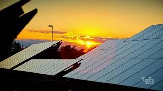 从空中参观正在UB北校区建造的新太阳能电池阵。