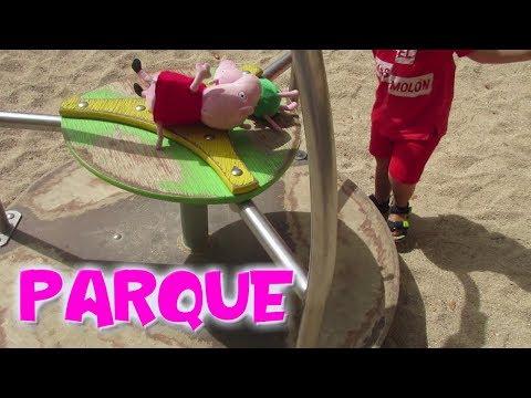 Peppa Pig y Bebé Humano juegan en los columpios del parque  Vídeos de Peppa Pig en español