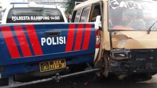 Video Angkot tabrak kendaraan polisi MP3, 3GP, MP4, WEBM, AVI, FLV September 2017
