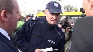 Policja spisuje Korwina pod gmachem TVP w czasie konferencji prasowej!