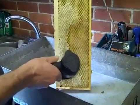 Uncapping Honey the easy way, no mess, no waste – Bee Spencer