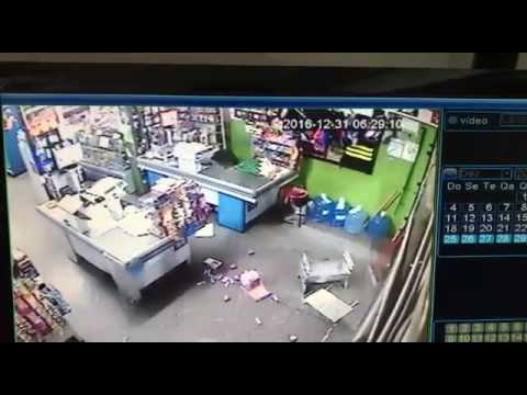 Câmera de segurança flagra assalto em supermercado, em Mineiros (GO)