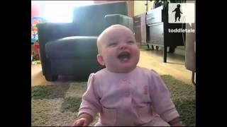 Сладко бебе се смее на куче, което яде пуканки!!!