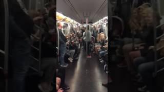 Tak się bawi młodzież! Najlepsze show w metrze jakie w życiu widziałem!