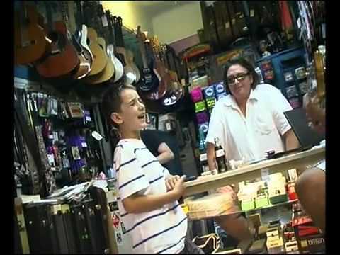 這個小男孩走進樂器店「一開口就讓老闆愣住」,接著的歌聲好聽到老闆還打斷他請朋友來見證!