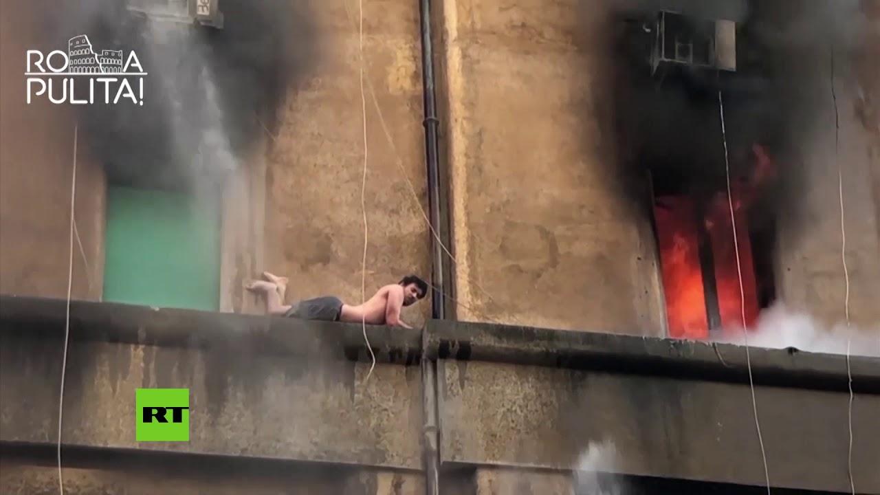 Un hombre se aferra a la cornisa mientras su apartamento arde en Roma
