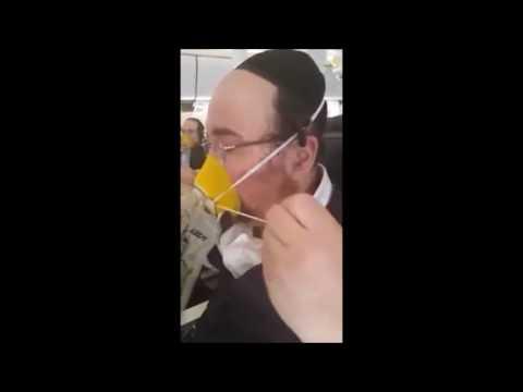 """צפו: תקלה במטוס גרמה לעשרות נוסעים לשיר """"אני מאמין"""" עם מסכות חמצן"""