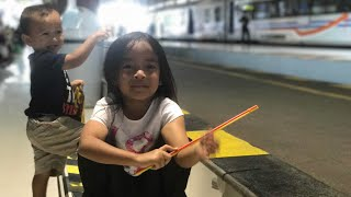 Belajar Kereta di Stasiun | Naik Kereta Api tut tut tut | Kereta Ekonomi Indonesia Keren