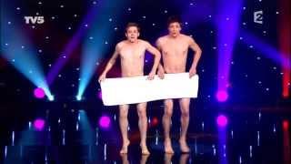 W samych ręcznikach wyszli na scenę! Gdy jeden ręcznik opadł publiczność płakała ze śmiechu!