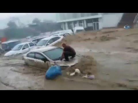 Σφοδρή νεροποντή «έπνιξε» γειτονιά της Άγκυρας