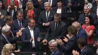 Posłowie PiS oklaskami żegnają najgorszego w III RP marszałka sejmu Marka Kuchcińskiego.