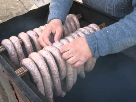 Jak się robi swojską kiełbasę - przygotowanie i wędzenie