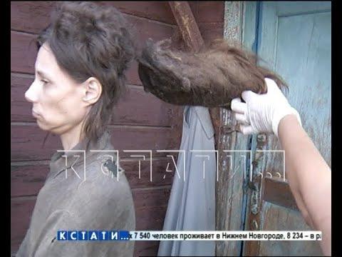 Дочь с матерью одичали в полных мертвых крыс и кошек развалинах