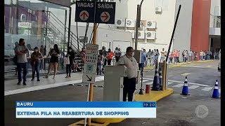 Clientes formam fila na reabertura de um dos shoppings em Bauru