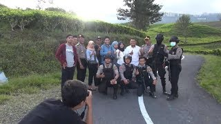 Video Kebersamaan Foto prewedding di Tengah Petugas Sedang Patroli - 86 MP3, 3GP, MP4, WEBM, AVI, FLV Juni 2018