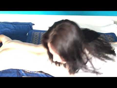 女按摩師示範陰莖按摩 (養生,非色情)