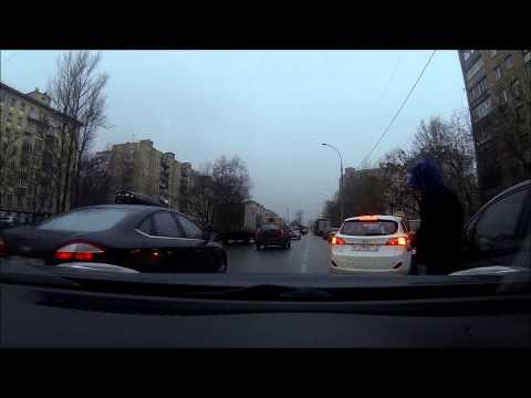 Мужик блюет из машины на припаркованную тачку