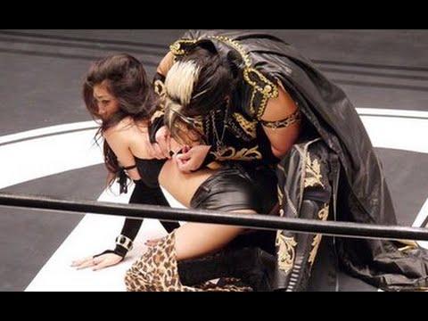 女模胸罩掉了 摔角手幫忙扣回去