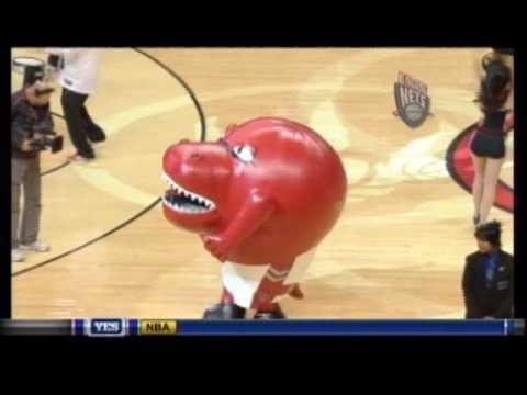 籃球賽的吉祥物竟然把啦啦隊辣妹一口吃掉?!怎麼回事?