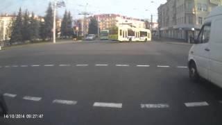 На перекрестке проспекте Ленина и ул. Интернациональной перевернулся автомобиль