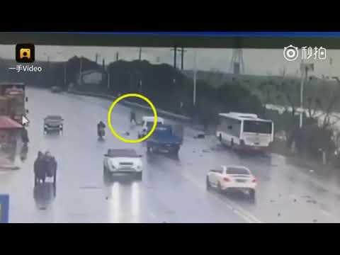 العرب اليوم - شاهد: شجاعة سائق تنقذ ركاب أتوبيس من الموت بأعجوبة