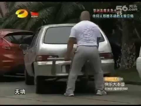 Khi dân tập tạ đỗ xe hơi - Thời lượng: 62 giây.